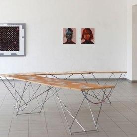 """""""My Teenage Revival"""" eine Auswahl an Farbfotografien von Katarina Schrul, """"Asha"""" Lambda-Abzug von Henrike Pilz (hinten links), """"Faces"""" (aus der Serie Faces, seit 2008) C-Print von Suntje Sagerer"""