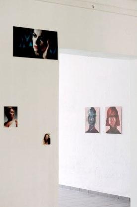 """""""Kellys"""" Digitaldrucke auf Affichenpapier von Caroline Guenther, """"Faces"""" (aus der Serie Faces, seit 2008) C-Print von Suntje Sagerer"""