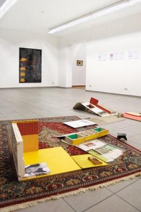 """""""It was once a familiy"""" Installation von Suntje Sagerer, """"o.T."""" Malerei von Martin Wiesinger"""