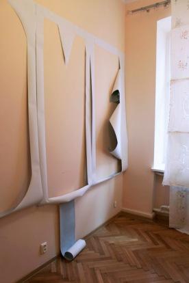 """""""Home"""" Papierarbeit von Charlotte Perrin (links), """"Contours"""" Installation von Katarina Schrul (rechts)"""
