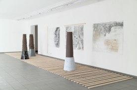 Stein auf Stein auf, 2015, Installation, Keramik, Gips, Pigmente, Lack, Acryl, Öl und Eitempera auf Papier, Dachlatten,
