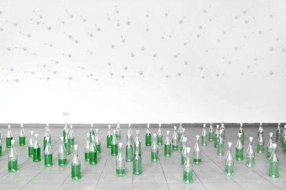 Happy Birthday, Detail: Gipsreplikate, Sektflaschen, Tinte, Wasser